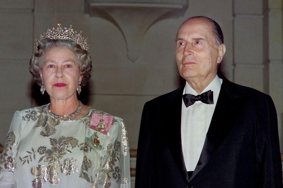 François Mitterrand avec la reine Elizabeth II le 10 juin 1992 à l'ambassade britannique à Paris