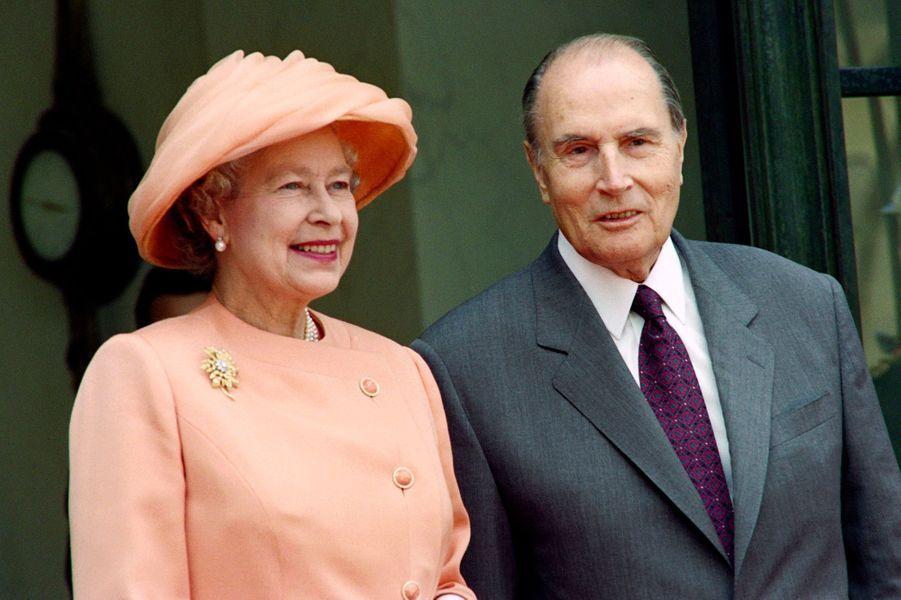 François Mitterrand avec la reine Elizabeth II le 9 juin 1992 à L'Elysée à Paris