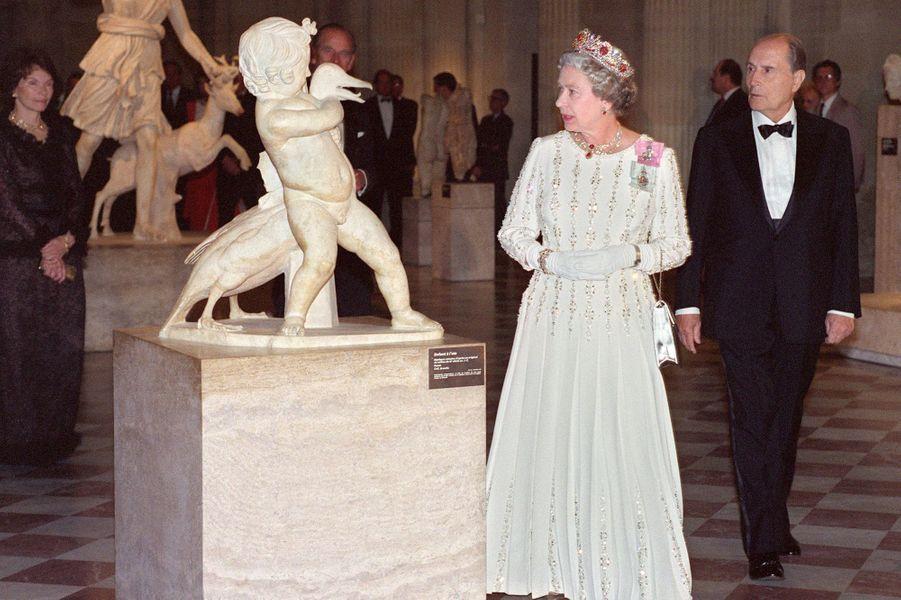 François Mitterrand avec la reine Elizabeth II le 9 juin 1992 au musée du Louvre à Paris