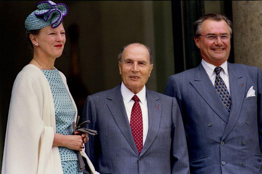 François Mitterrand avec la reine Margrethe II de Danemark et le prince consort Henrik le 27 mai 1993 à L'Elysée à Paris