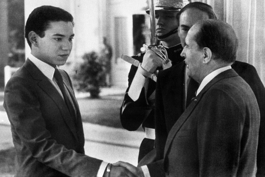 François Mitterrand avec le futur roi Mohammed VI du Maroc à 20 ans le 3 octobre 1983 à Vittel
