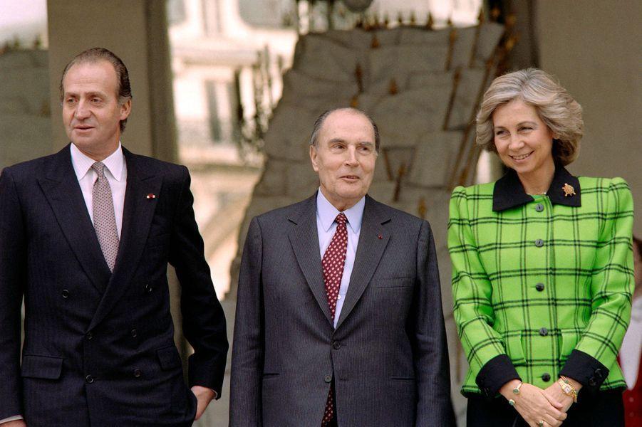 François Mitterrand avec le roi Juan Carlos et la reine Sofia d'Espagne le 7 décembre 1988 à L'Elysée à Paris