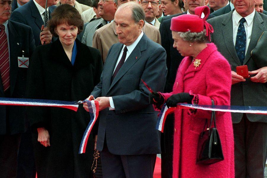 François Mitterrand et la reine Elizabeth II inaugurent le Tunnel sous la Manche le 6 mai 1994 à Coquelles