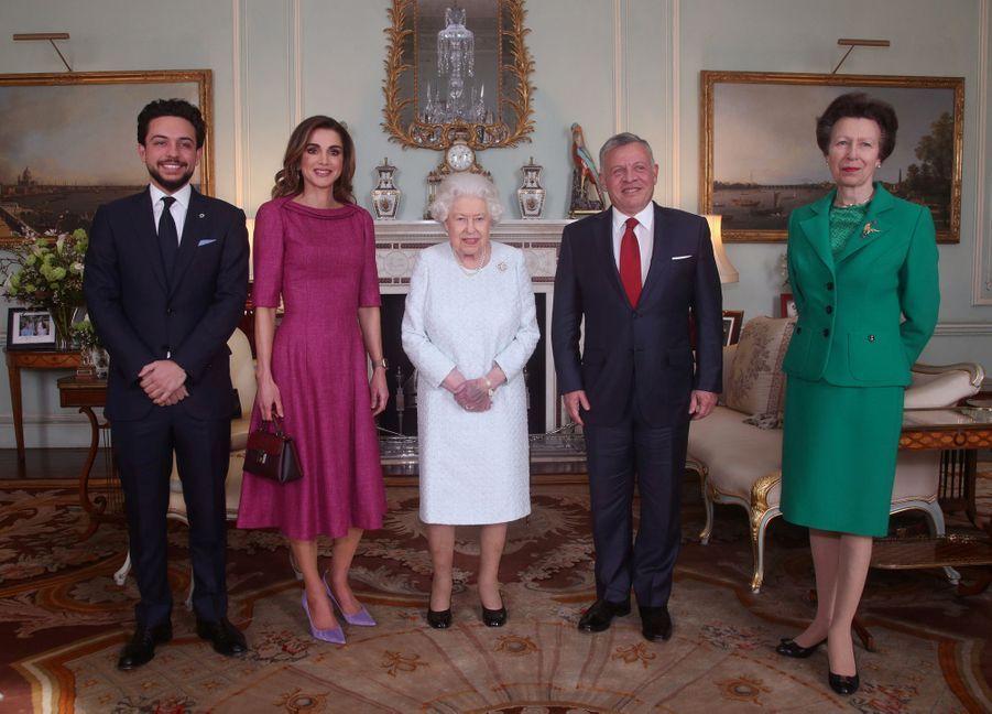 Le roi Abdallah II, la reine Rania et le prince Hussein de Jordanie avec la reine Elizabeth II et la princesse Anne à Londres, le 28 février 2019