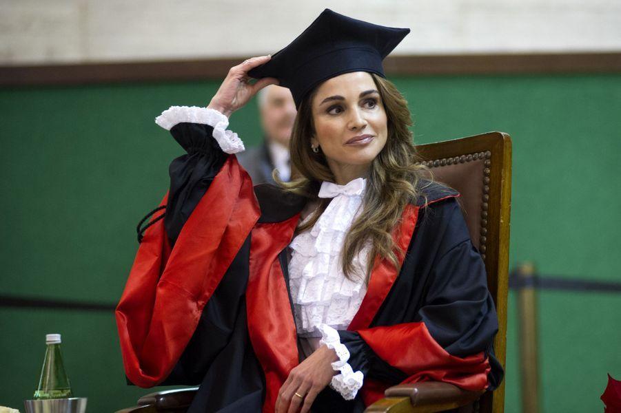 La reine Rania de Jordanie à l'université La Sapienza à Rome, le 10 décembre 2015