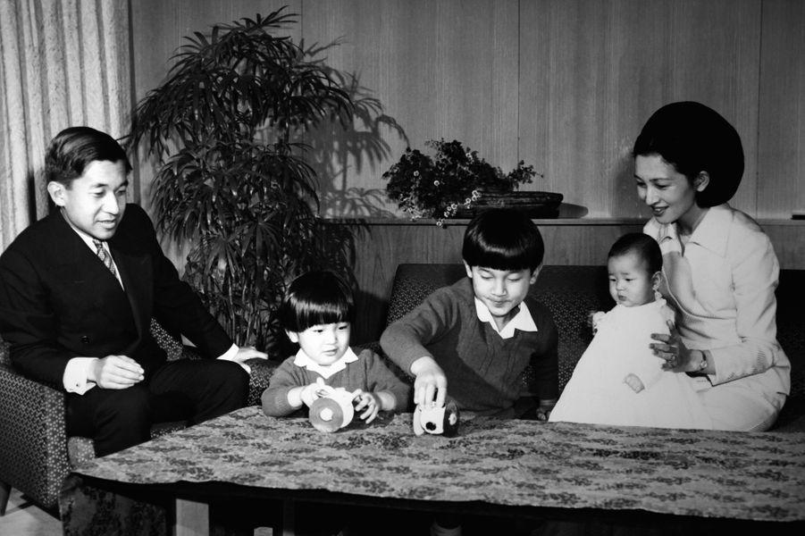 Le prince Akihito du Japon et la princesse Michiko avec leurs trois enfants, le 30 novembre 1969