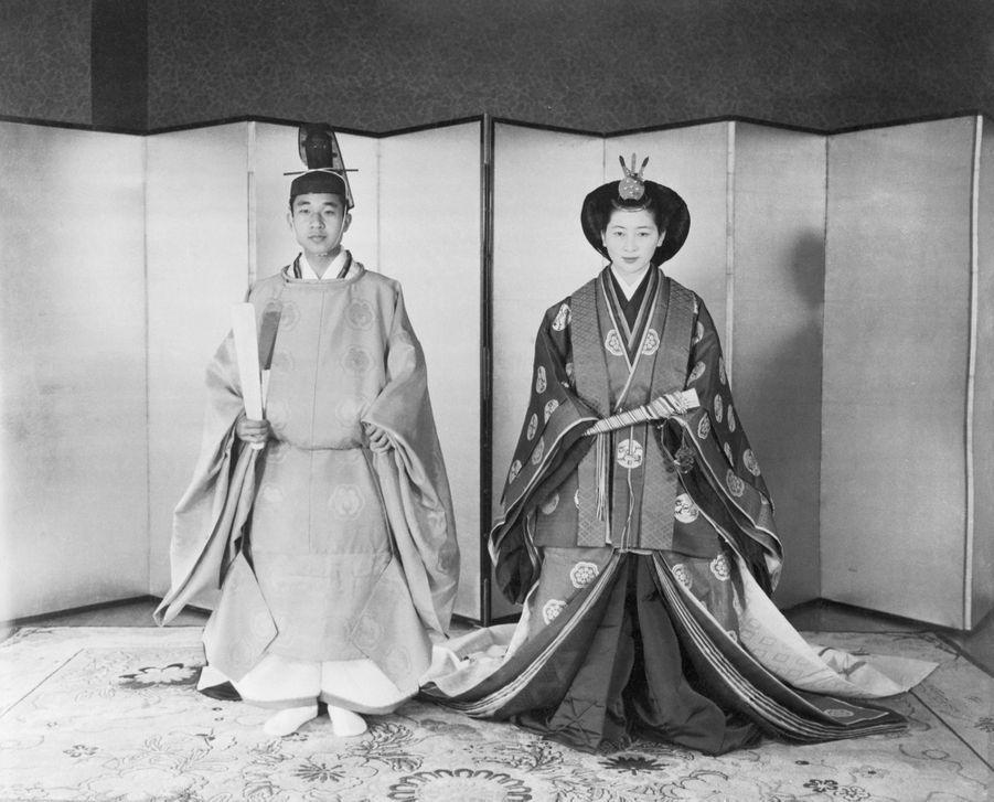 Le prince Akihito du Japon et Michiko Shoda le jour de leur mariage, le 10 avril 1959