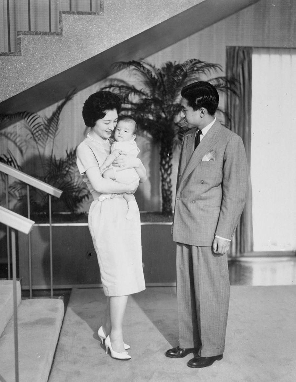 Le prince Akihito du Japon et la princesse Michiko avec leur premier enfant, le prince Naruhito, le 26 septembre 1960