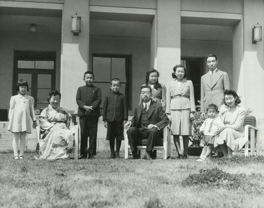 Le prince Akihito du Japon avec ses parents, son frère et ses soeurs. Photo non datée