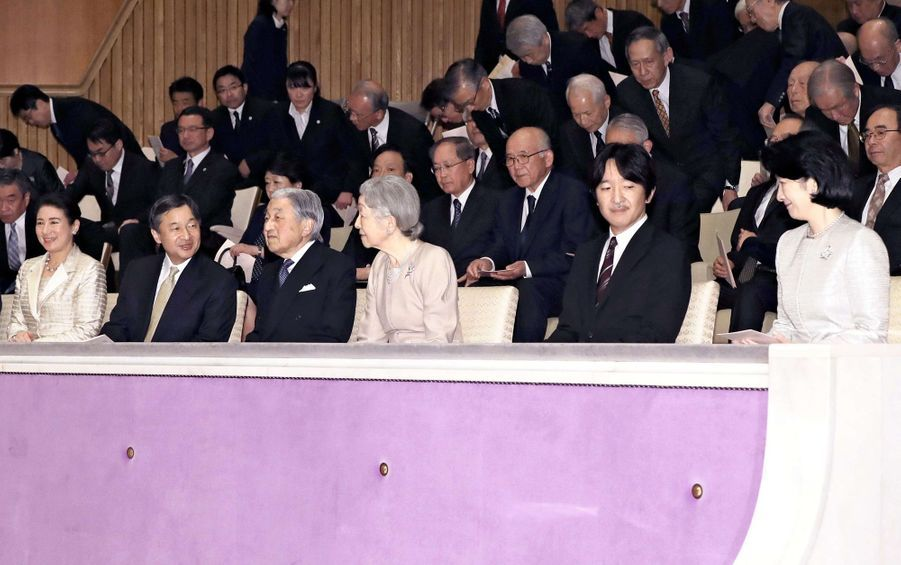L'empereur Akihito et l'impératrice Michiko du Japon à Tokyo avec leurs fils et belles-filles, le 2 avril 2019