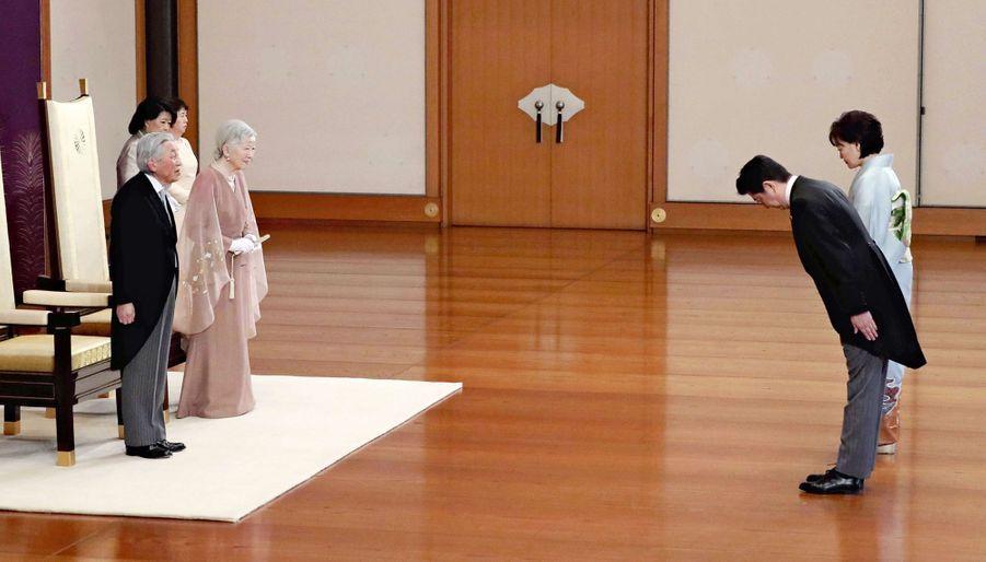 L'empereur Akihito et l'impératrice Michiko du Japon à Tokyo avec le Premier ministre japonais et sa femme, le 10 avril 2019
