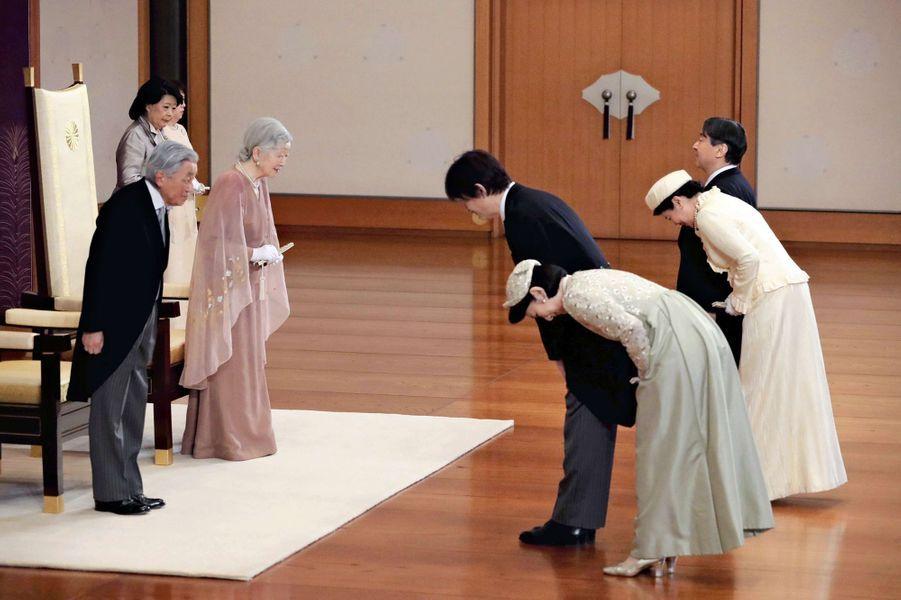L'empereur Akihito et l'impératrice Michiko du Japon à Tokyo avec leurs fils et belles-filles, le 10 avril 2019