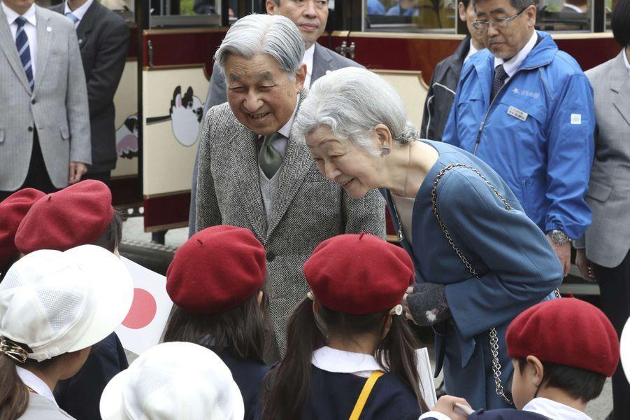 L'empereur Akihito et l'impératrice Michiko du Japon au Kodomono kuni à Yokohama, le 12 avril 2019