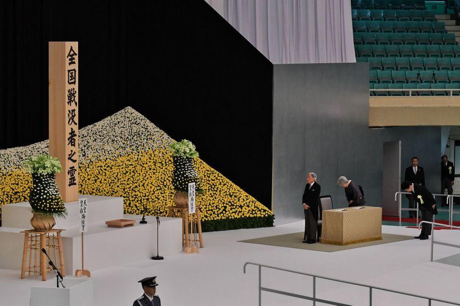 L'empereur Akihito du Japon et l'impératrice Michiko commémorent les 72 ans de la fin de la guerre du Pacifique à Tokyo, le 15 août 2017