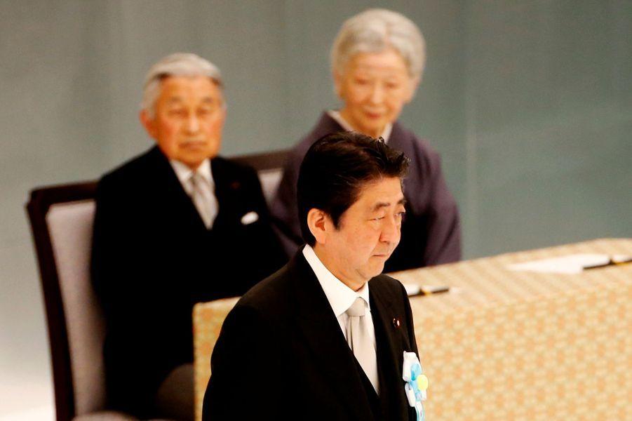 L'empereur Akihito du Japon et l'impératrice Michiko avec le Premier ministre japonais à Tokyo, le 15 août 2017