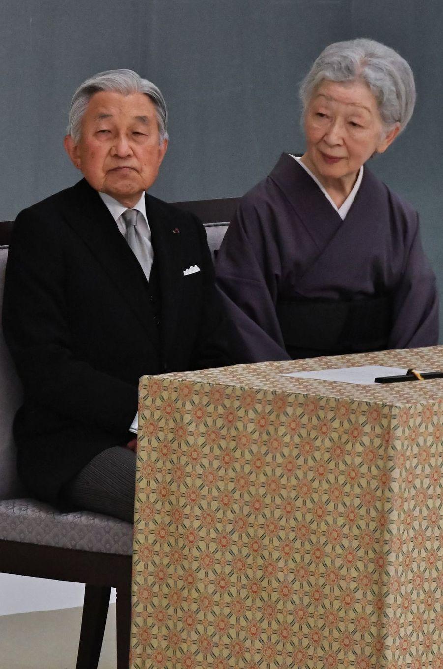L'empereur Akihito du Japon et son épouse l'impératrice Michiko à Tokyo, le 15 août 2017