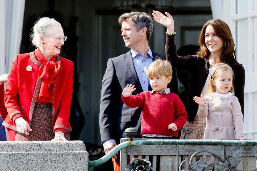Joséphine et Vincent, enfants jumeaux de Mary et Frederik de Danemark, avec la reine Margrethe en 2014