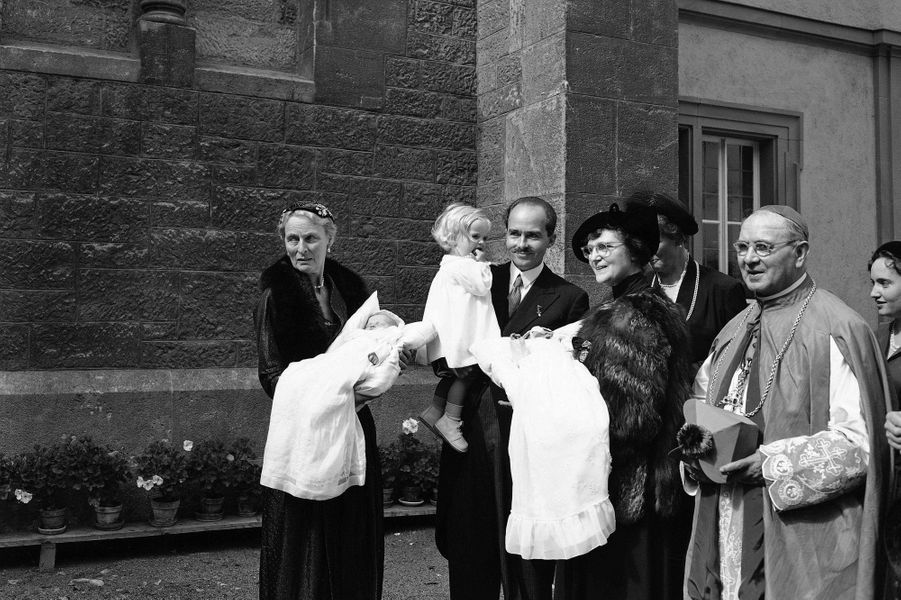 Les jumelles Monika et Michaela de Habsbourg-Lorraine en 1954
