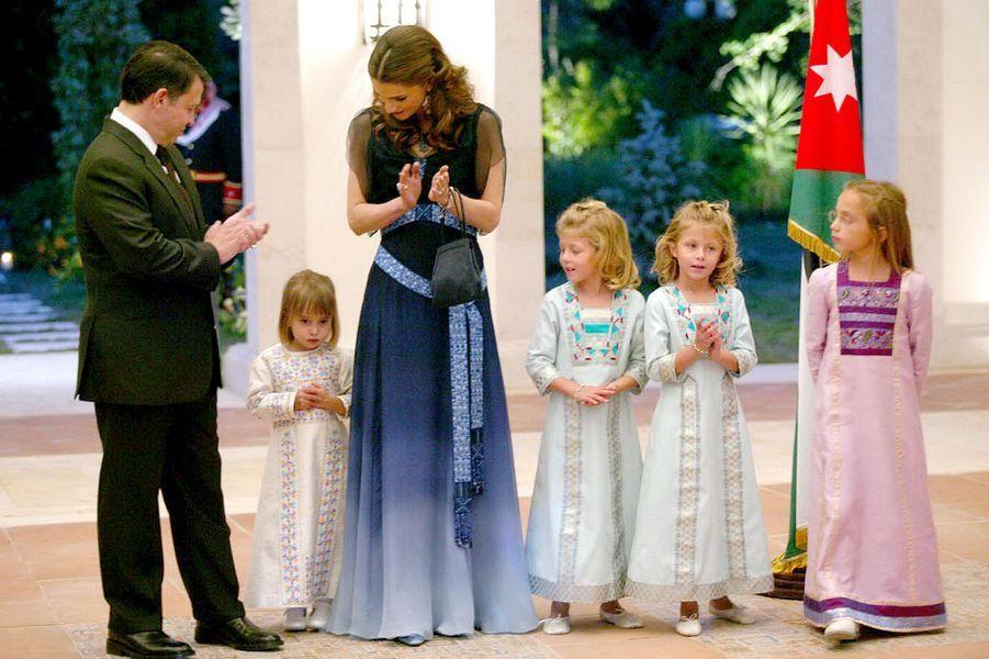 Sara et Aisha, filles jumelles du prince Faysal de Jordanie et d'Alia Tabba, avec le roi et la reine de Jordanie en 2004