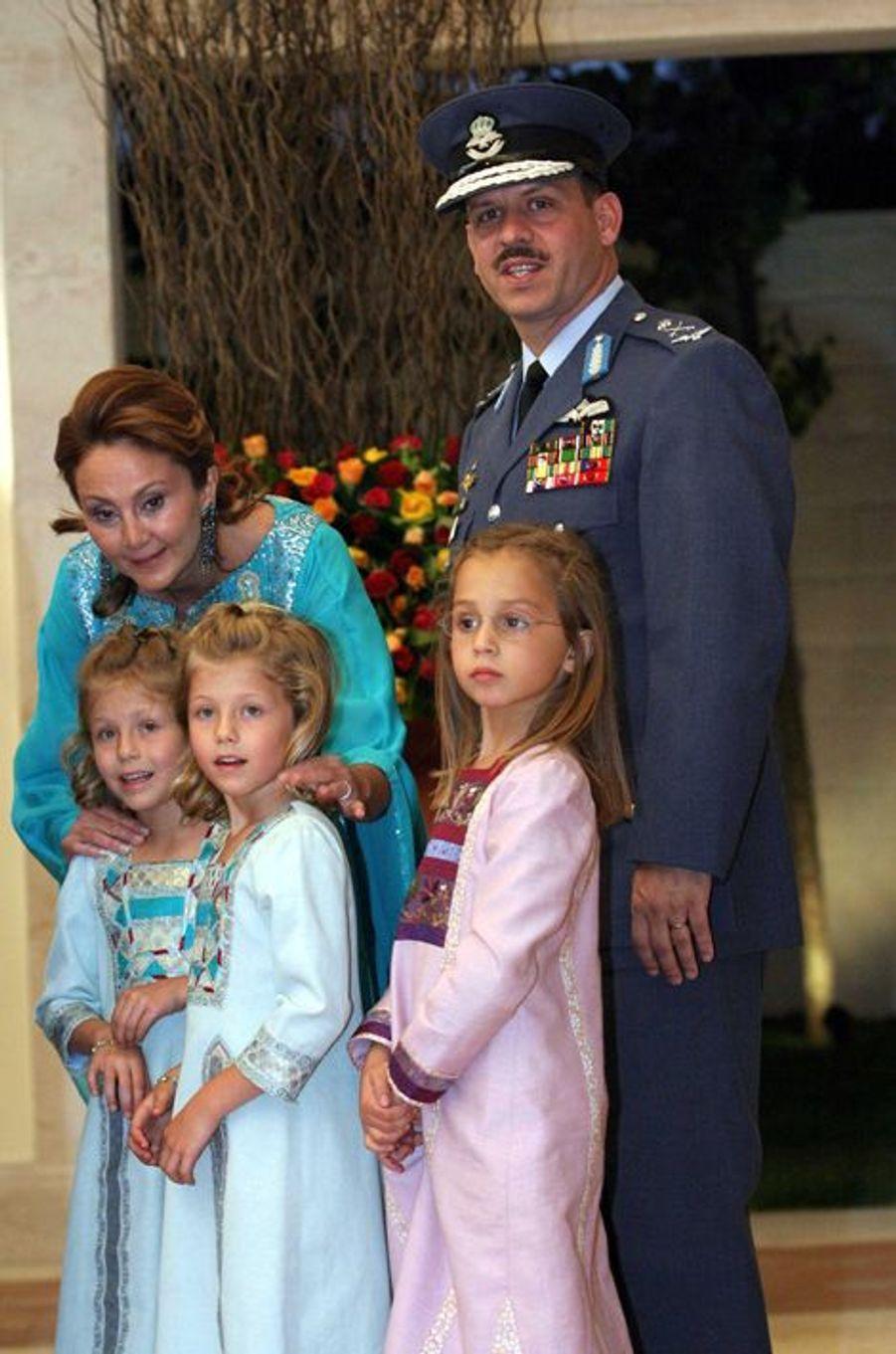 Sara et Aisha, filles jumelles du prince Faysal de Jordanie et d'Alia Tabba en 2004