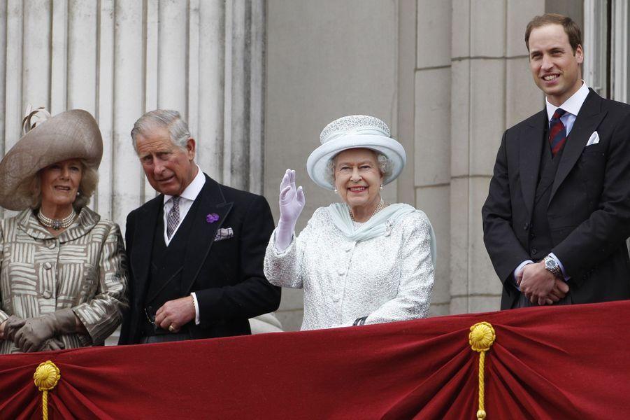 Elizabeth règne depuis plus de six décennies. Sa Majesté a 88 ans, son héritier 65. La reine de Grande-Bretagne et d'Irlande du Nord va-t-elle un jour passer la main ? Difficile à dire. Les commentateurs royaux s'accordent à dire que ce n'est pas le genre de la reine, ni de la famille – rappelons-nous que la dernière abdication, celle d'Edward VIII, est un traumatisme pour la monarchie. Pourtant, le pragmatisme britannique a déjà poussé la couronne à donner plus de pouvoir au prince Charles pour aider sa mère. Si l'avenir de la monarchie en dépendait, il ne fait aucun doute qu'Elizabeth saurait se retirer.