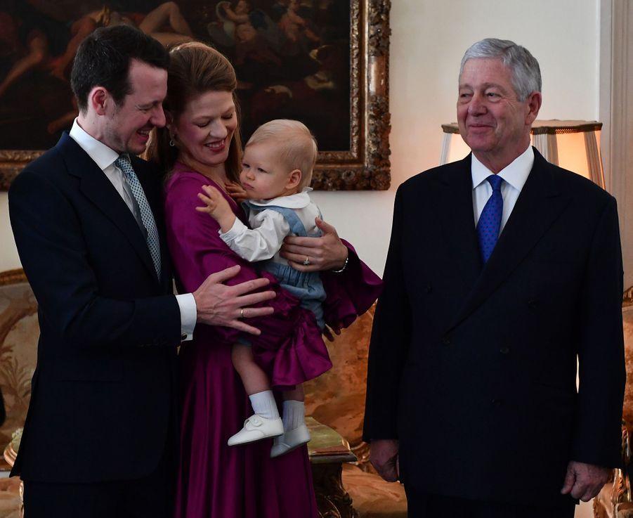 Le prince Stefan de Serbie avec son grand-père le prince Alexandre et ses parents le prince Filip et Danica Marinkovic à Belgrade, le 15 décembre 2018