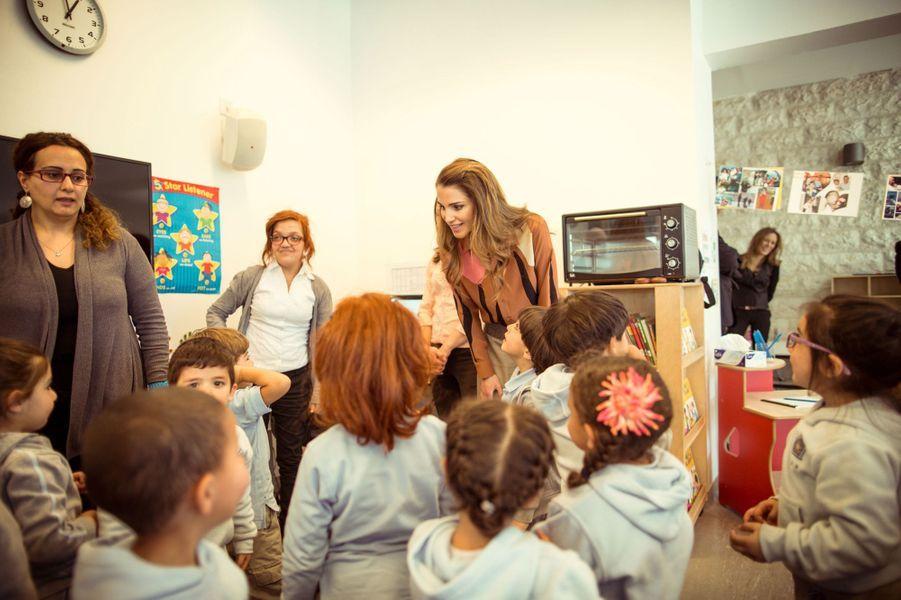 La reine Rania de Jordanie visite une crèche à Amman, le 24 mars 2015