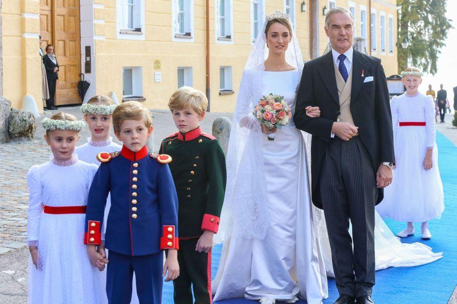 La duchesse Sophie de Wurtemberg au bras de son père le ducPhilipp de Wurtemberg à Tegernsee, le 20 octobre 2018