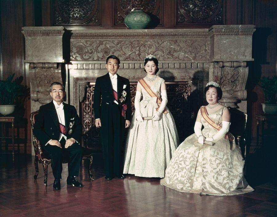 Le prince Akihito du Japon et Michiko Shoda le jour de leur mariage, avec l'empereur Hirohito et l'impératrice Nagako, à Tokyo le 10 avril 1959