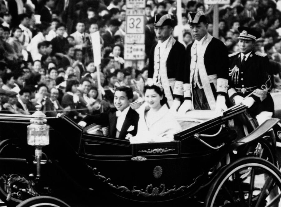 Le prince Akihito du Japon et Michiko Shoda le jour de leur mariage à Tokyo, le 10 avril 1959