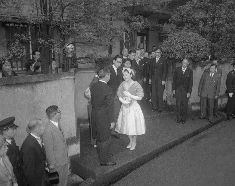 Michiko Shoda quitte sa famille pour aller se marier, à Tokyo le 10 avril 1959