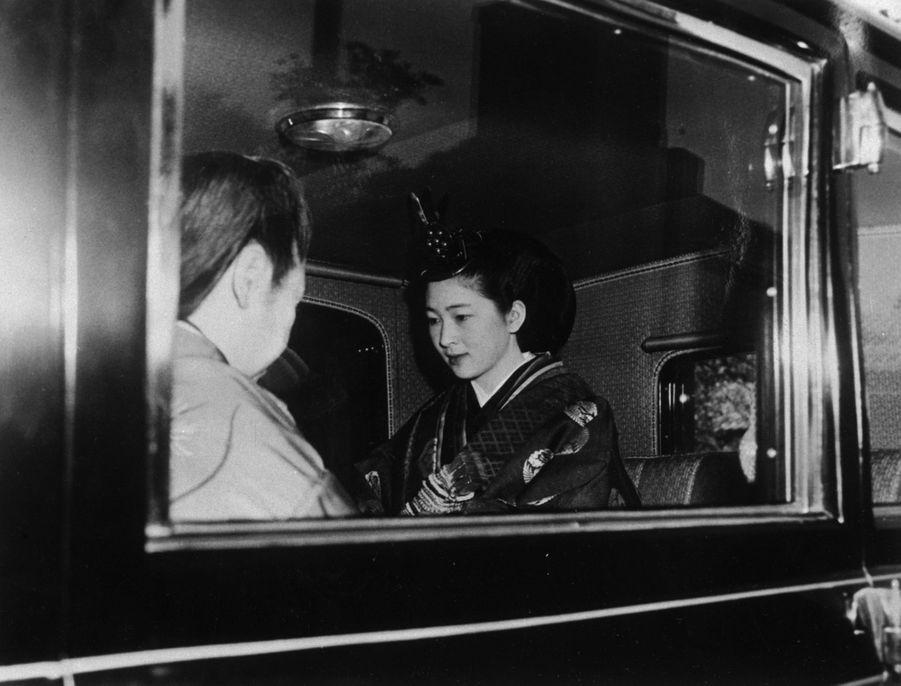 Michiko Shoda porte sa robe de mariée aux douze épaisseurs à Tokyo, le 10 avril 1959