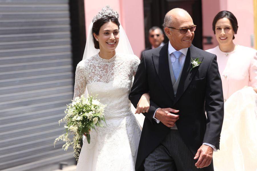 Alessandra de Osma, le jour de son mariage, au bras de son père, à Lima le 16 mars 2018