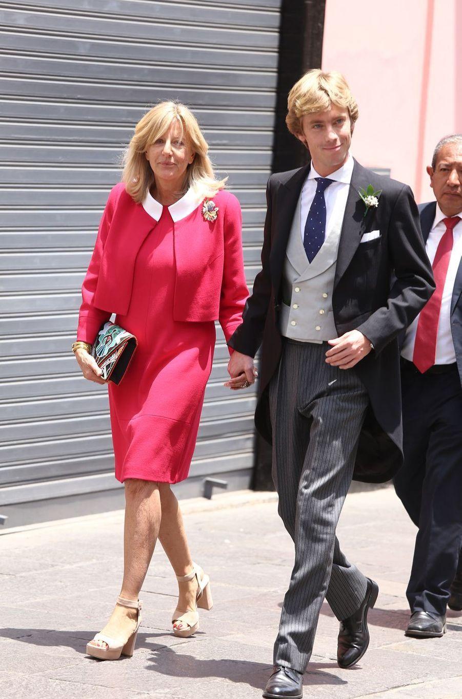Le prince Christian de Hanovre le jour de son mariage, avec sa mèreChantal Hochuli, à Lima le 16 mars 2018
