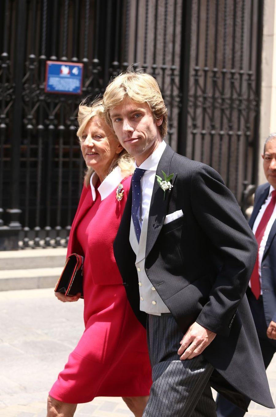 Le prince Christian de Hanovre le jour de son mariage, au bras de sa mèreChantal Hochuli, à Lima le 16 mars 2018