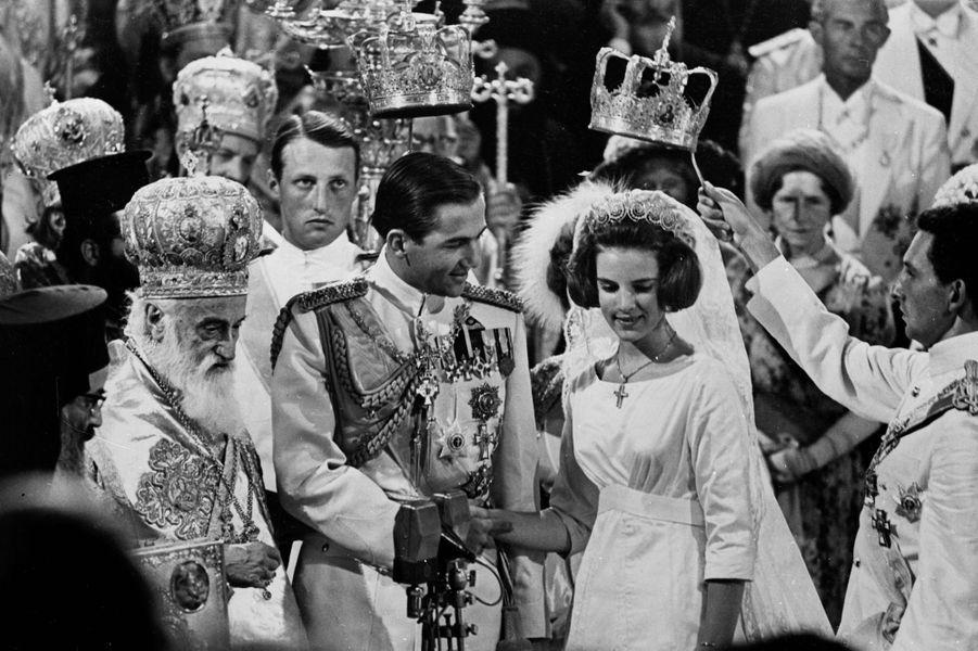 Le roi Constantin II de Grèce et la princesse Anne-Marie de Danemark lors de leur mariage religieux à Athènes le 18 septembre 1964