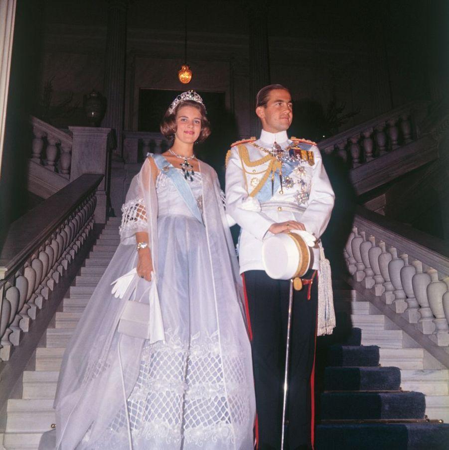 Le roi Constantin II de Grèce et sa fiancée la princesse Anne-Marie de Danemark lors du bal organisé la veille de leur mariage, à Athènes le 17 septembre 1964