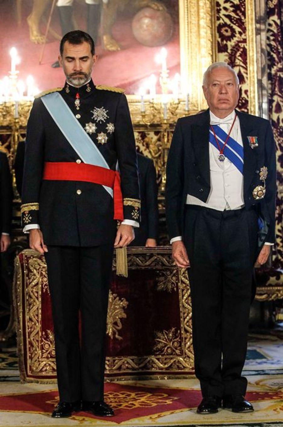 Le roi Felipe VI observe une minute de silence, avec l'un des ministres espagnol, au Palais royal à Madrid le 8 janvier 2015