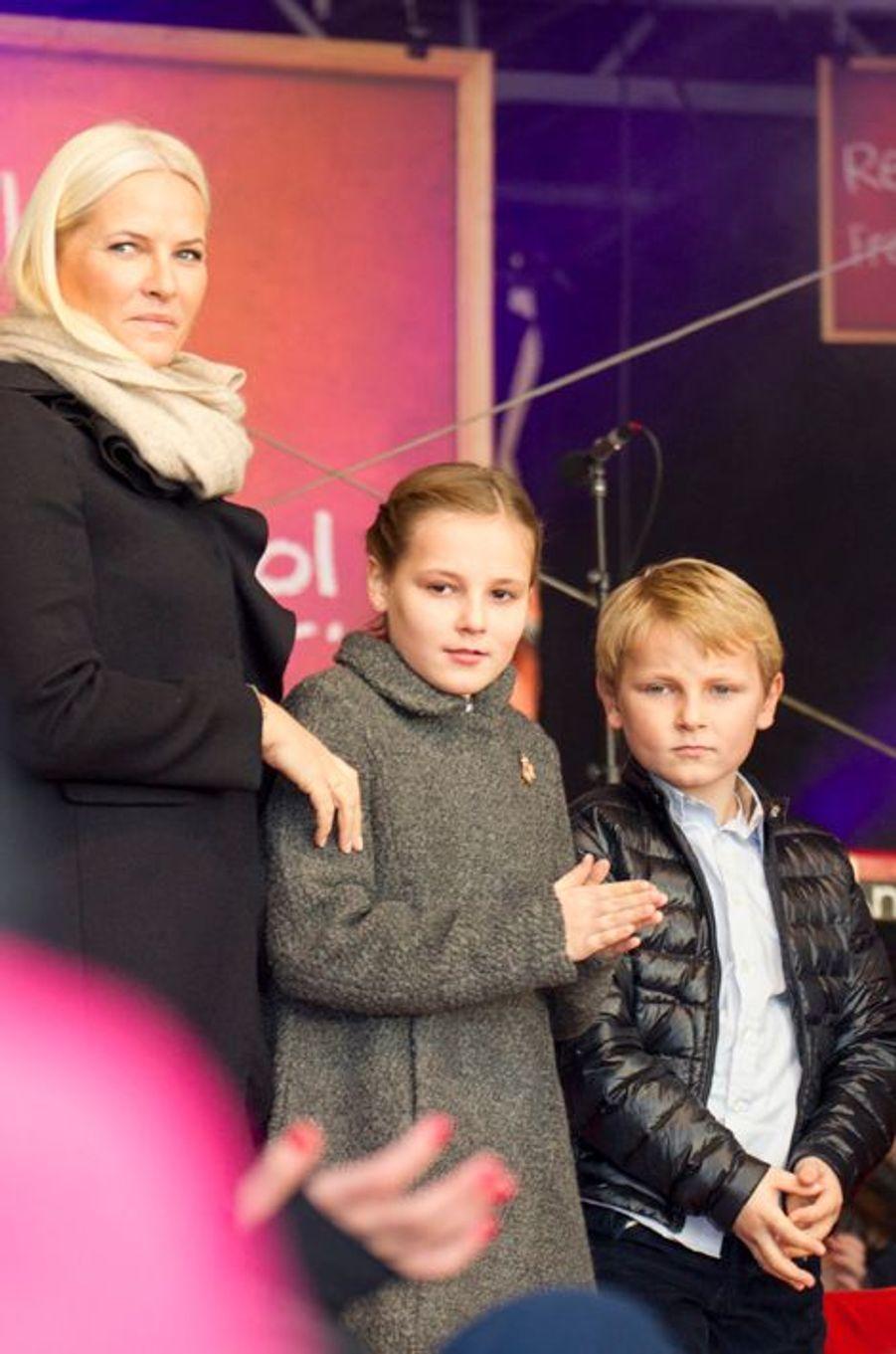 La princesse Mette-Marit et ses enfants Ingrid Alexandra et Sverre Magnus à Oslo le 10 décembre 2014