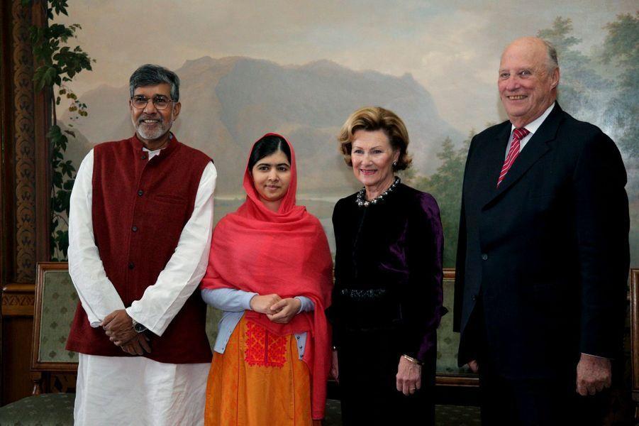 Le roi Harald V de Norvège et la reine Sonja avec Kailash Satyarthi et Malala Yousafzai à Oslo, le 10 décembre 2014