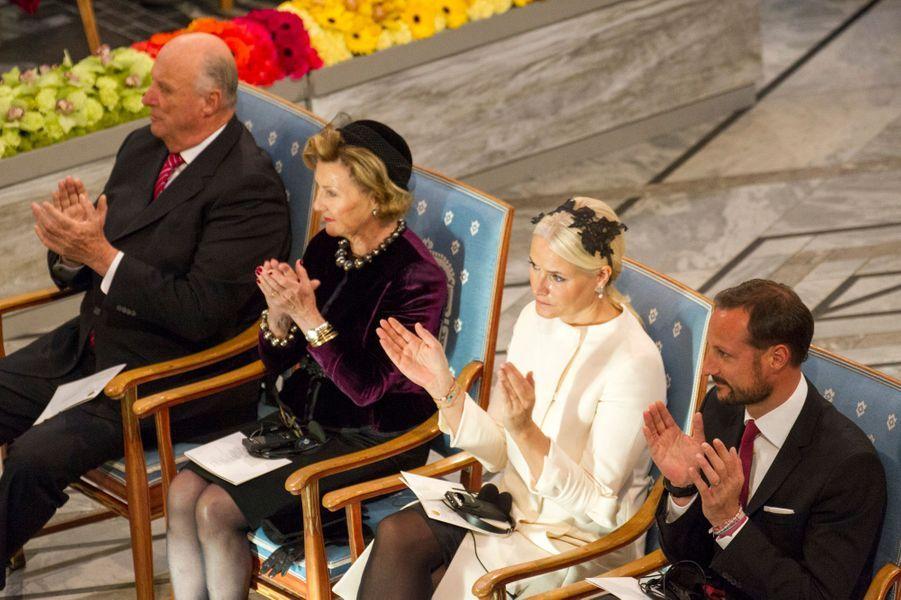 Le roi Harald V de Norvège, la reine Sonja, la princesse Mette-Marit et le prince Haakon à la remise du prix Nobel de la Paix à Oslo le 10 décem...
