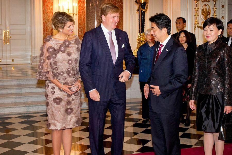 Le roi Willem-Alexander des Pays-Bas et la reine Maxima avec le Premier ministre Shinzo Abe et son épouse, le 30 octobre 2014