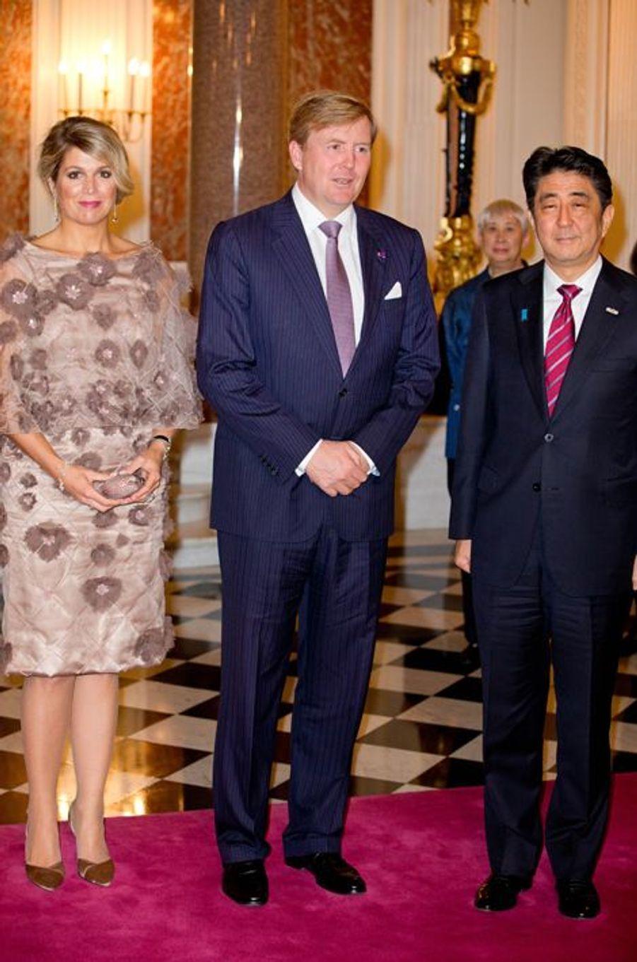 Le roi Willem-Alexander des Pays-Bas et la reine Maxima avec le Premier ministre Shinzo Abe, le 30 octobre 2014