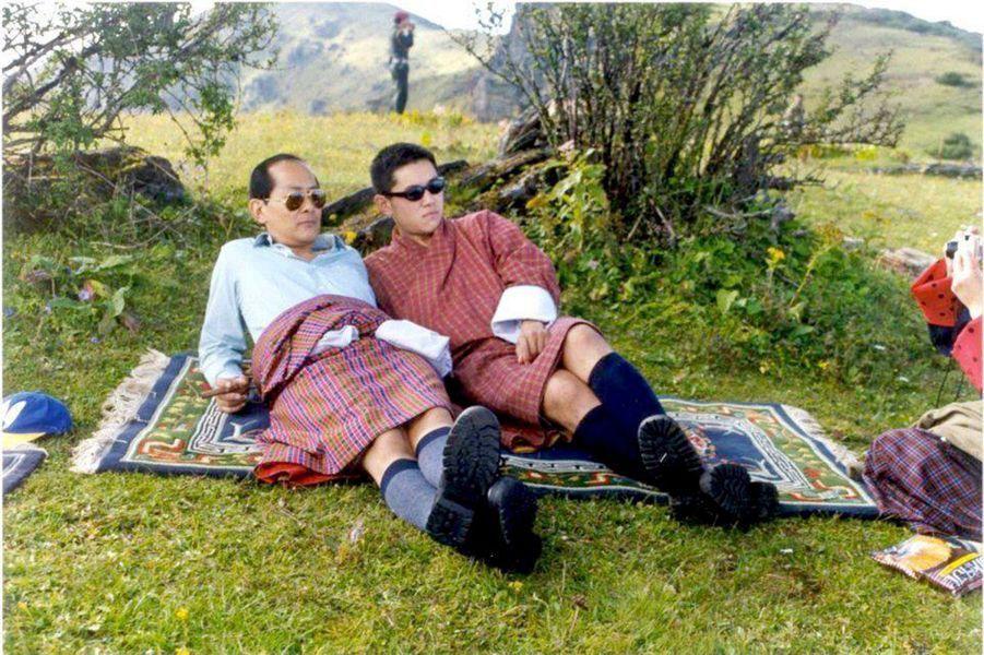 Moment de repos pour le jeune souverain (à droite) et son père.