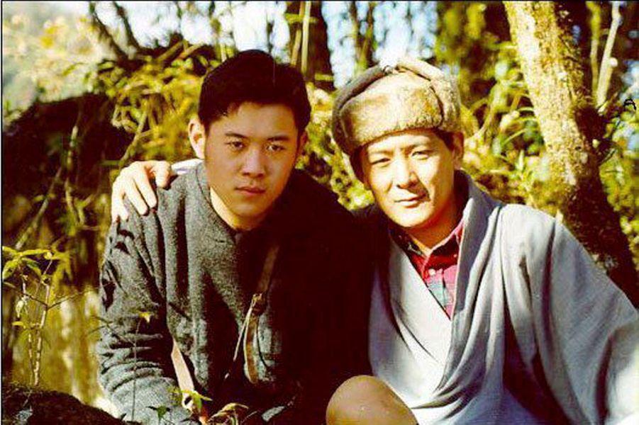 Le jeune roi Jigme avec son père, qui lui a laissé le trône. Il est aujourd'hui dans une sorte de retraite spirituelle.