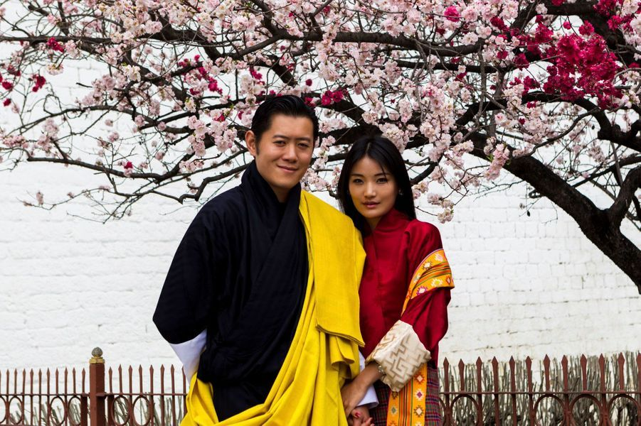 A 33 ans, Jigme Khesar Namgyel Wangchuk est le plus jeune souverain du monde. Le roi du Bhoutan est aussi présenté par nombre de ses sujets comme le plus pauvre du monde. Paris Match vous propose de découvrir l'album de famille de ce roi qui incarne la doctrine du bonheur national brut et qui s'est mis au service de son peuple. Ici, il pose avec la reine Jetsun Pema, qu'il a épousée en 2011.