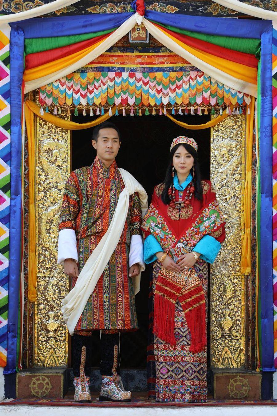 L'une des deux photos officielles du mariage de la princesse Eeuphelma Choden Wangchuck et de Dasho Thinlay Norbu, le 29 octobre 2020 à Thimphu