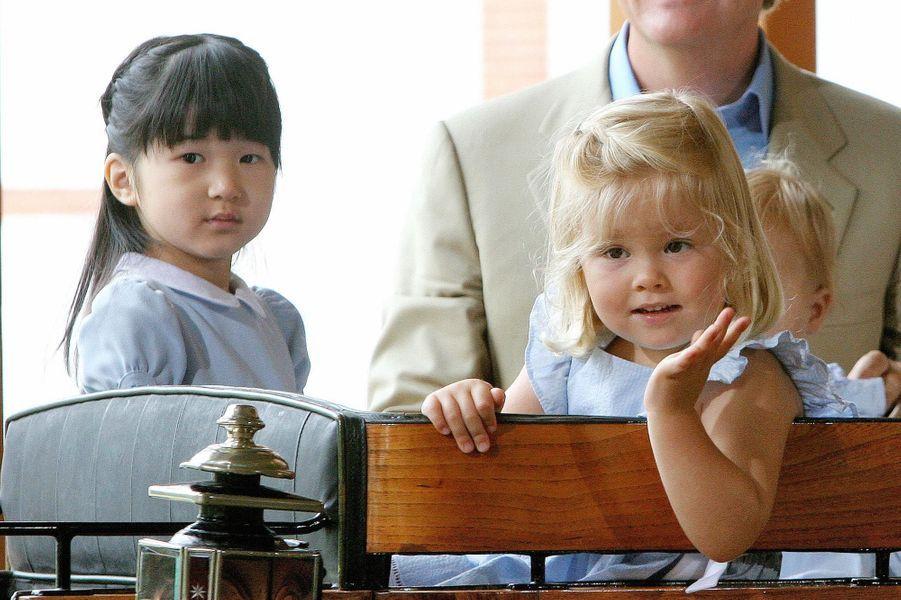 La princesse Catharina-Amalia avec la Princesse Aiko du Japon, aux Pays-Bas en août 2006