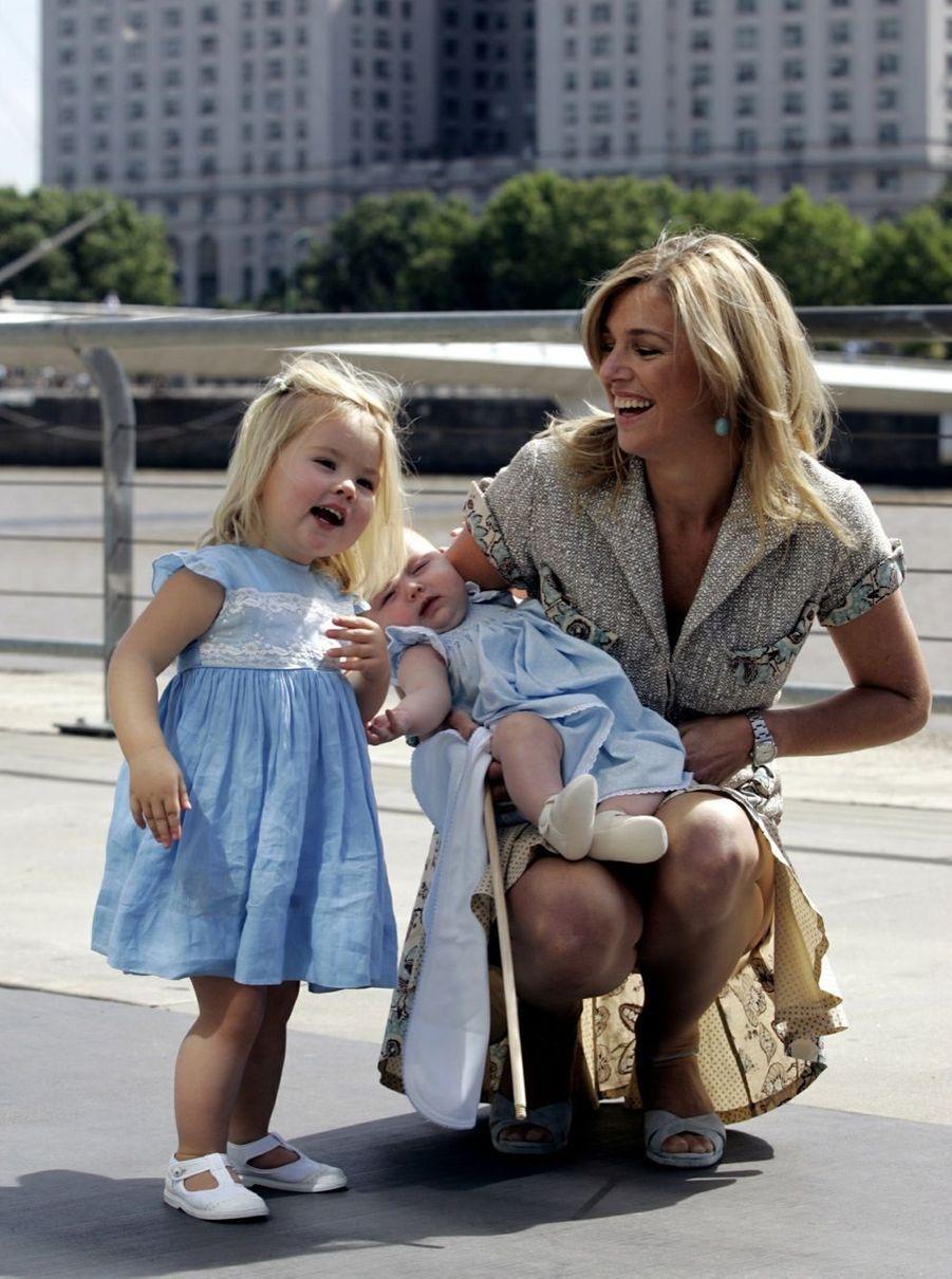 La princesse Catharina-Amalia avec sa mère Maxima et sa petite soeur Alexia, en Argentine en décembre 2005