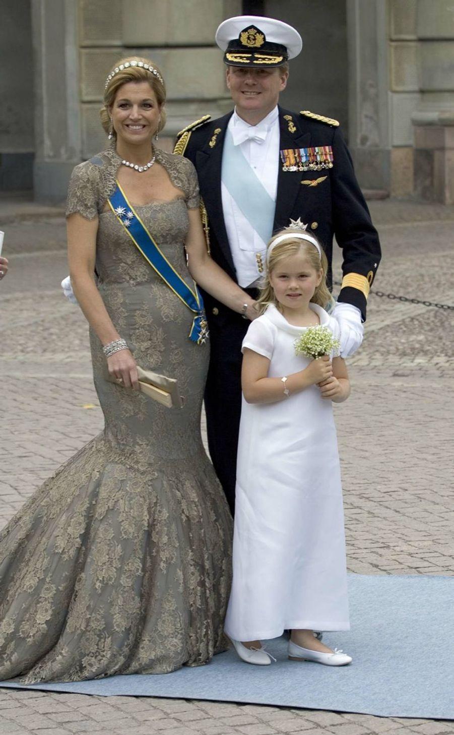 La princesse Catharina-Amalia avec ses parents au mariage de Victoria de Suède en juin 2010